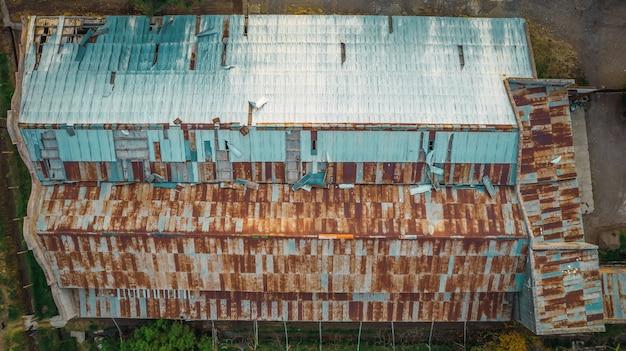 Techo de zinc oxidado del granero abandonado. vista aérea.
