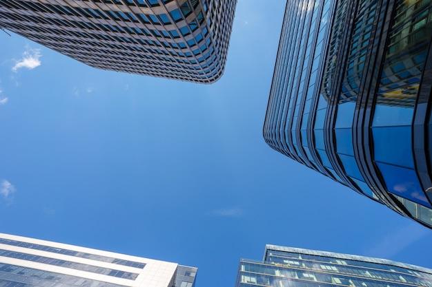 Los techos de cristal de los centros de negocios se fotografían contra el cielo azul