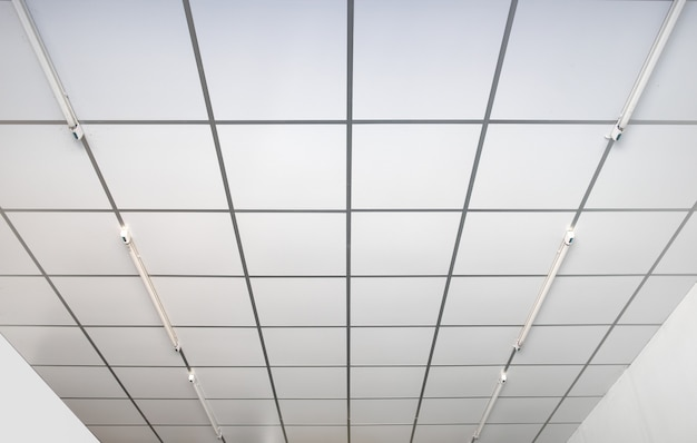 Techos interiores cuadrados blancos.
