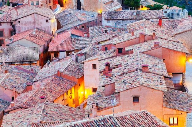Techos de las montañas españolas pueblo en la noche