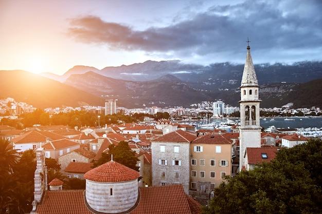 Techos rojos de budva en montenegro sun flare