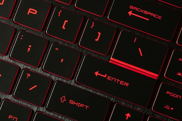 Tecla enter retroiluminación roja retroiluminada en computadoras portátiles para juegos en la oscuridad primer plano