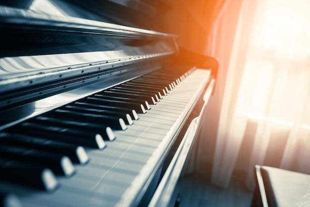 Tecla de piano de cerca con luz de ventana