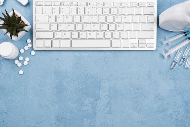Teclado blanco en escritorio médico con espacio de copia