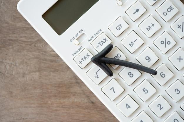 Teclado botón de impuestos para el cálculo de impuestos. fácil de calcular. en calculadora blanca