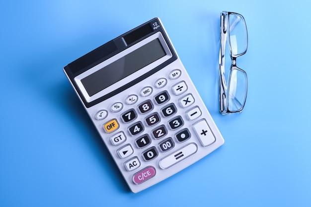 Teclado de la calculadora sobre un fondo azul.