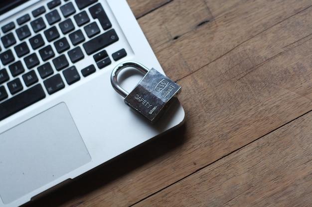 Teclado y candado en la mesa, seguridad de internet.