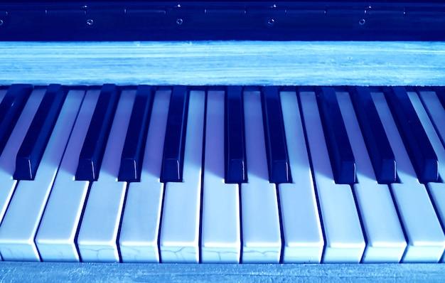 Teclado de color azul estilo pop art del piano vertical