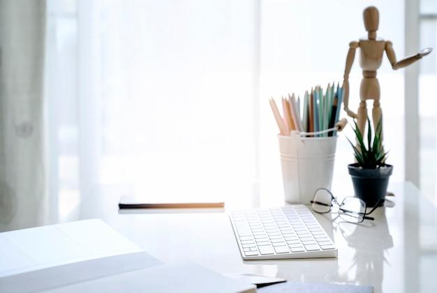 Teclado de computadora blanca maqueta con suministros en sala blanca, trabajando en casa concepto