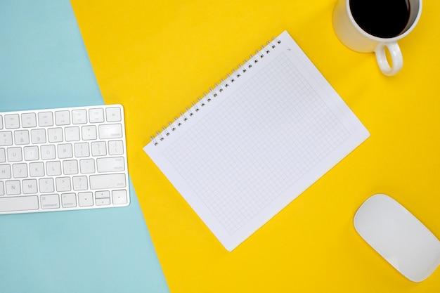 Teclado inalámbrico y bloc de notas sobre la mesa