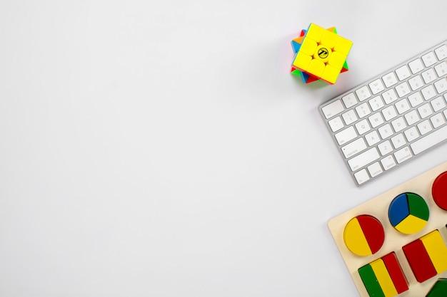 Teclado inalámbrico y figuras coloridas