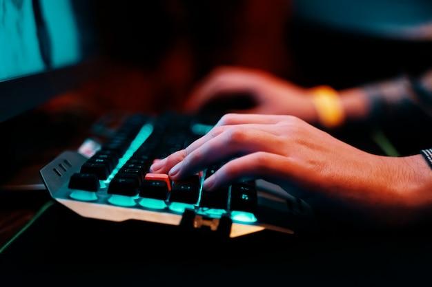 Teclado para juegos. sala de estudio profesional de videojuegos cibernéticos con sillón de computadora personal, teclado para transmisión.