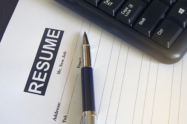 Teclado y lápiz superpuestos en el formulario de solicitud de empleo.