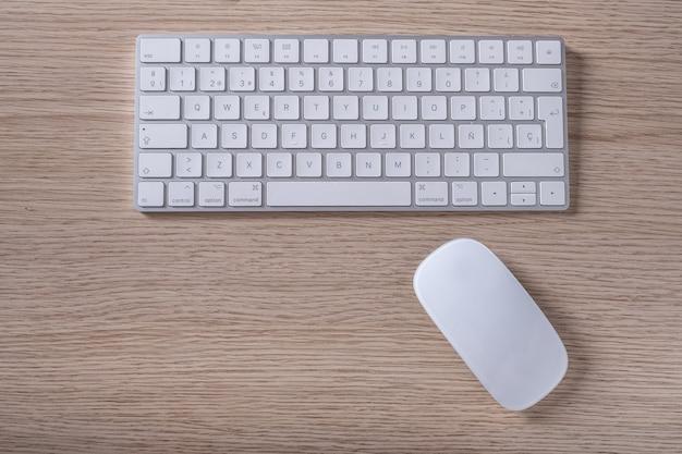 Teclado y mouse de computadora en blanco