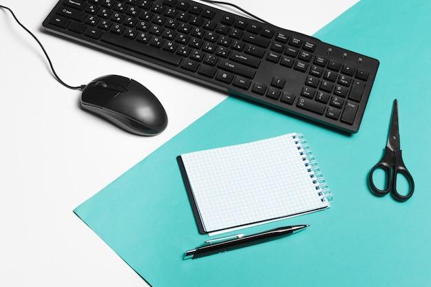 Teclado y mouse de computadora, interior de oficina