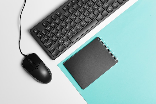 Teclado y mouse de computadora con notebook