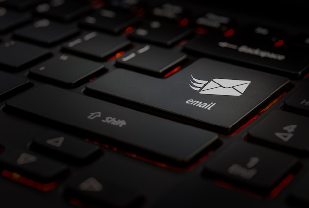 Teclado negro, icono de correo electrónico en la tecla enter