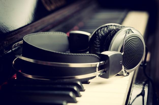 Teclado de piano y auriculares