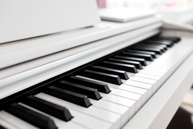 Teclado de piano blanco con espacio de copia, concepto de música mínima