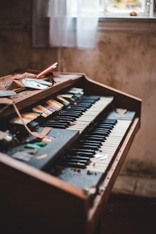Teclado de piano blanco y negro