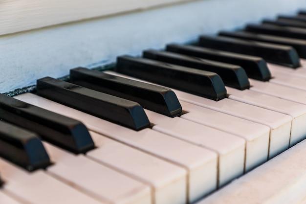 Teclado de piano de un viejo instrumento de música, de cerca
