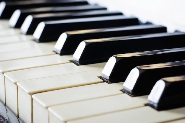 Teclado de un viejo piano