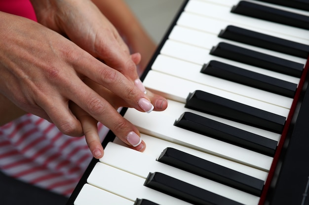 Teclas blancas y negras de sintetizador