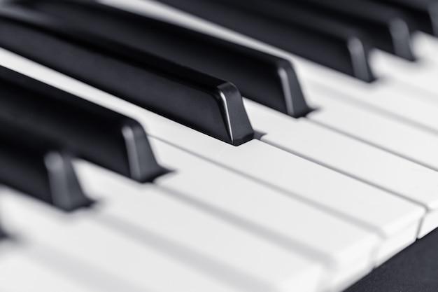 Las teclas del piano de cerca vista. instrumento de música clásica para tocar.