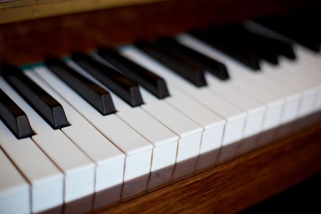 Teclas de piano, vista lateral de instrumento musical.