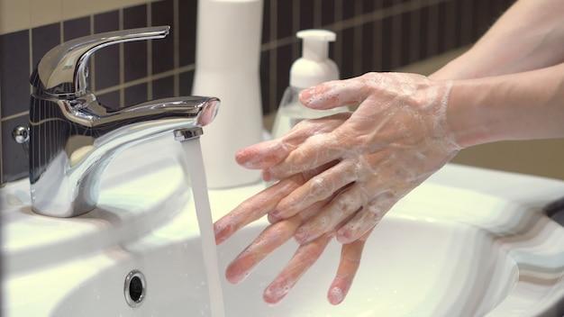 La técnica correcta para una buena higiene de manos para protegerse de los gérmenes y el coronavirus covid19. vista cercana