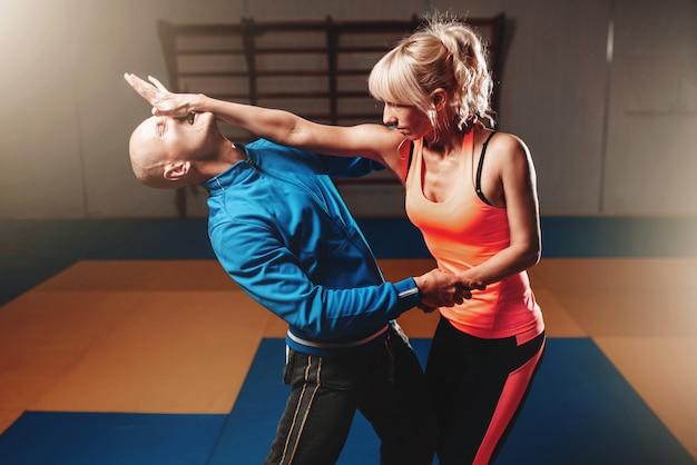 Técnica de defensa personal femenina, artes marciales.