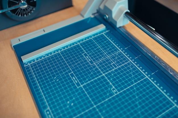Técnica de impresión. vista superior de la técnica de impresión para hacer libros modernos en la oficina.