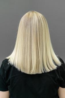 Técnica moderna airtouch o shatush para blanquear el cabello. mirar desde atrás en cabello lacio