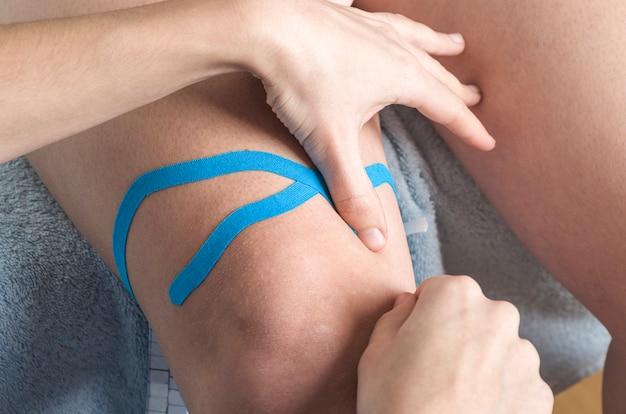 Técnica de rodilla linfática, dos tiras de abanico. cinta de kinesiología