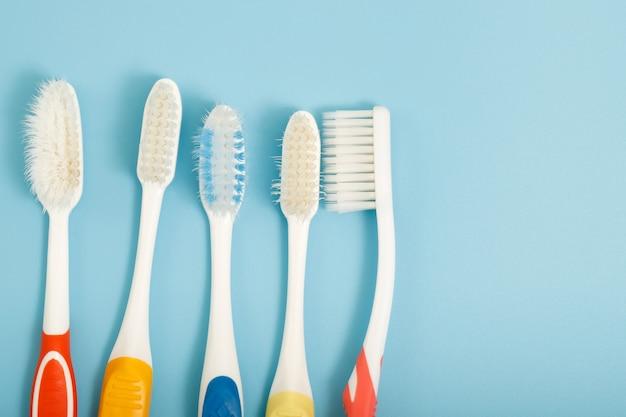 Técnicas para guardar los cepillos de dientes y limpiarlos después de su uso para reducir la acumulación de gérmenes y bacterias.
