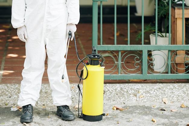 Técnico de actividades de pulverización en calles.
