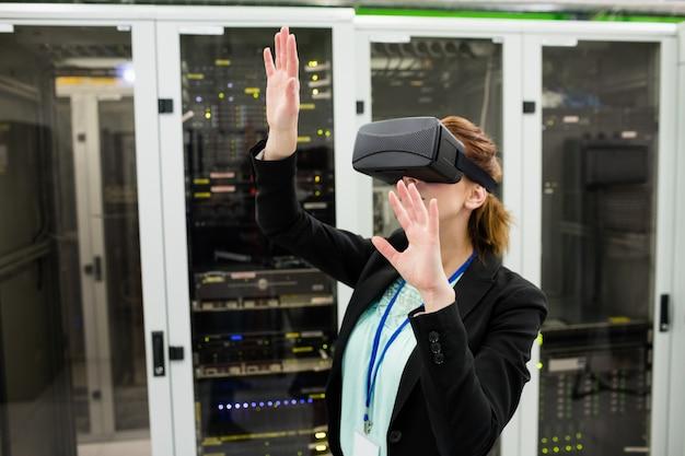 Técnico con casco de realidad virtual