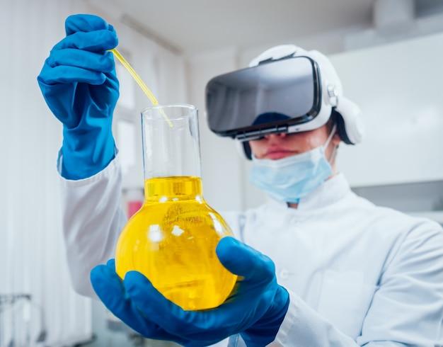 Técnico científico en gafas de realidad virtual examina la droga en el laboratorio.