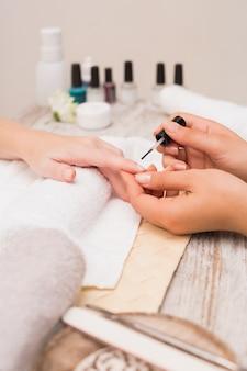 Técnico de uñas dando al cliente una manicura