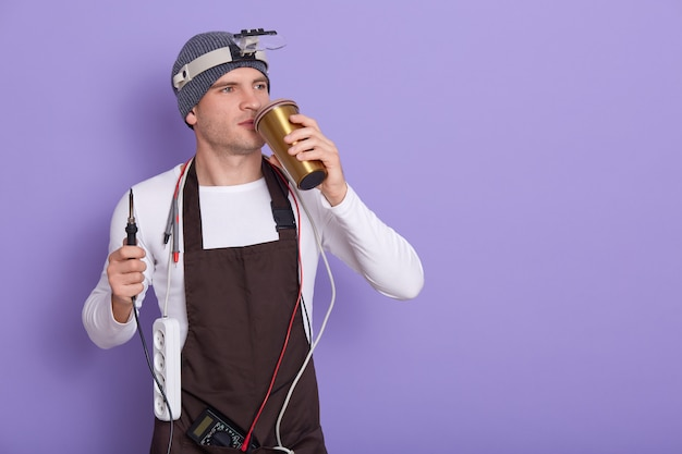 Técnico descansando después de reparar el hardware de la computadora en el laboratorio