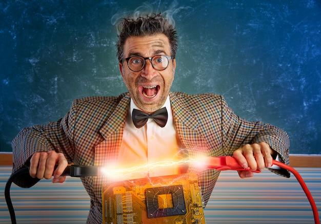 Técnico de electrónica nerd cortocircuito rayo