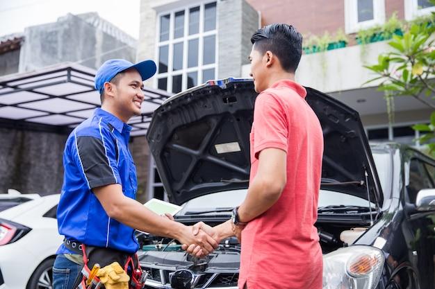 Técnico estrecharle la mano al cliente