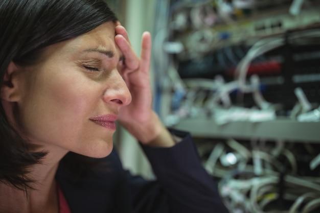 Técnico estresado por el mantenimiento del servidor