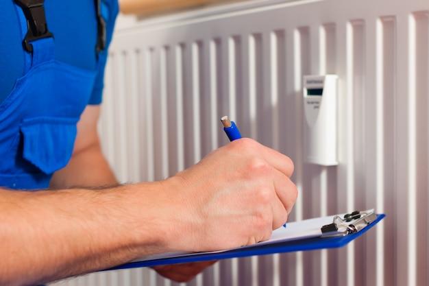Técnico leyendo el medidor de calor