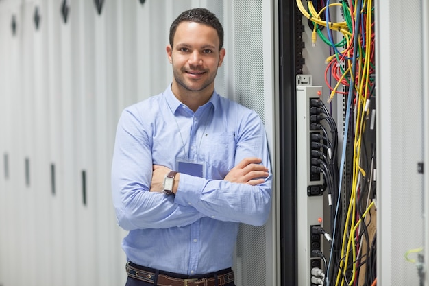 Técnico parado al lado del almacén de datos