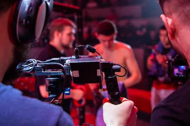 Técnico profesional de video en el trabajo. camarógrafo para el evento, vista trasera.