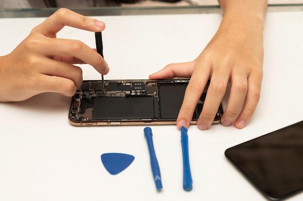 Técnico en reparación de teléfonos móviles o teléfonos inteligentes