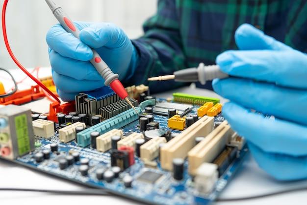 Técnico reparando el interior del disco duro mediante soldador.
