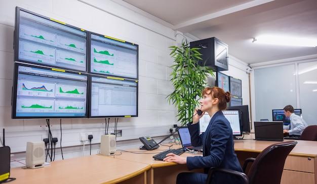 Técnico sentado en la oficina ejecutando diagnósticos