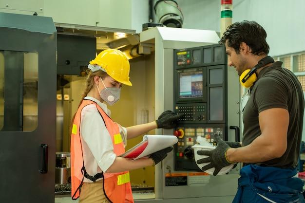 Técnico trabajando y revisando la máquina en una gran fábrica industrial